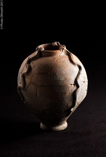 collections musée Historique - Vase aux 3 serpents, terra cota, Ier ou IIe siècle (© photo Olivier H)